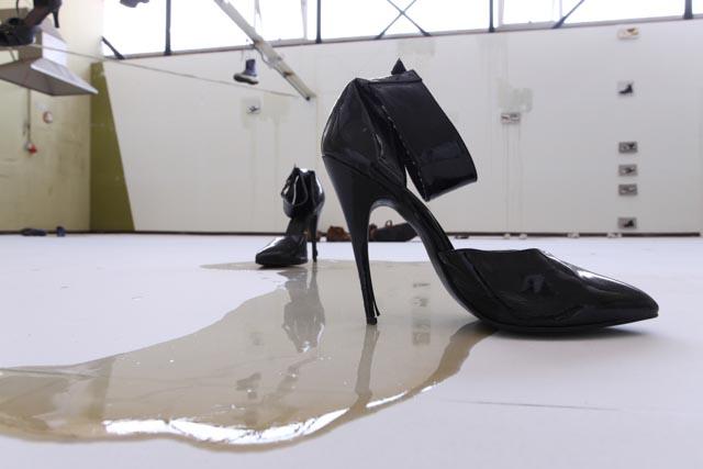 Installationsansicht mit Schuhen von Christophe Ndabananiye auf http://www.art-ndabananiye.de