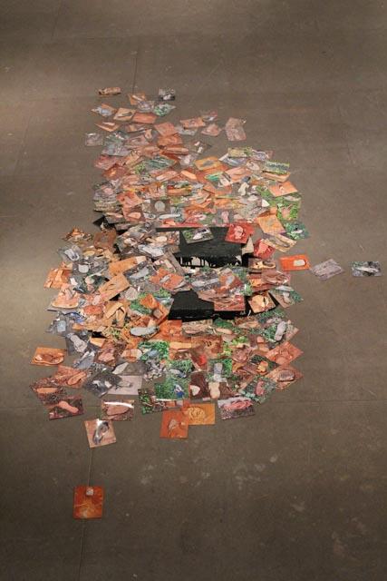 Installationsansicht mit Fotos von Schuhen aus Ruanda Christophe Ndabananiye auf http://www.art-ndabananiye.de